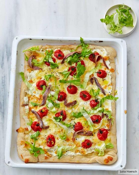 Pizza bianca mit Scamorza, Kirschtomaten und Endivie