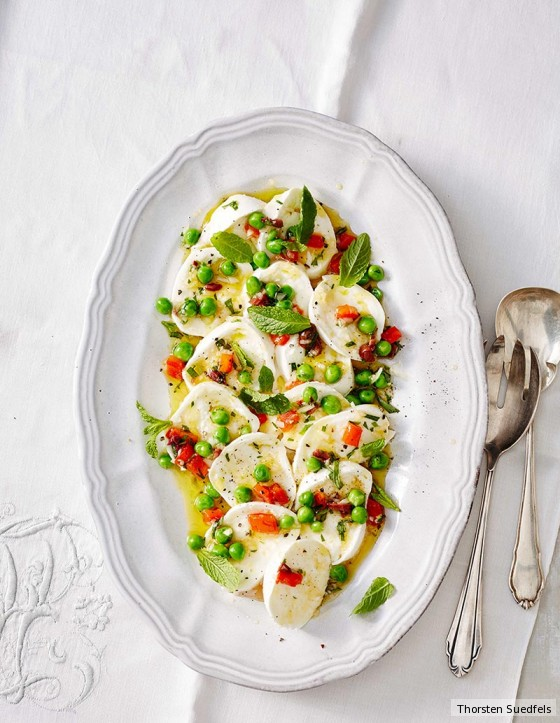 Mozzarella-Carpaccio mit Erbsen-Paprika-Vinaigrette