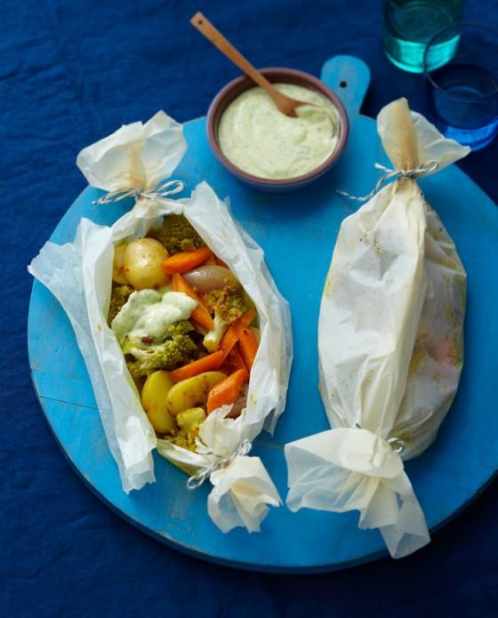 Würzige Kartoffel-Gemüse-Päckchen mit Mango-Joghurt