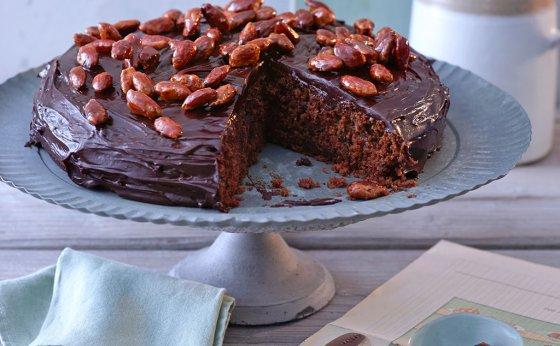 Pastinaken-Schokoladen-Kuchen mit gebrannten Mandeln