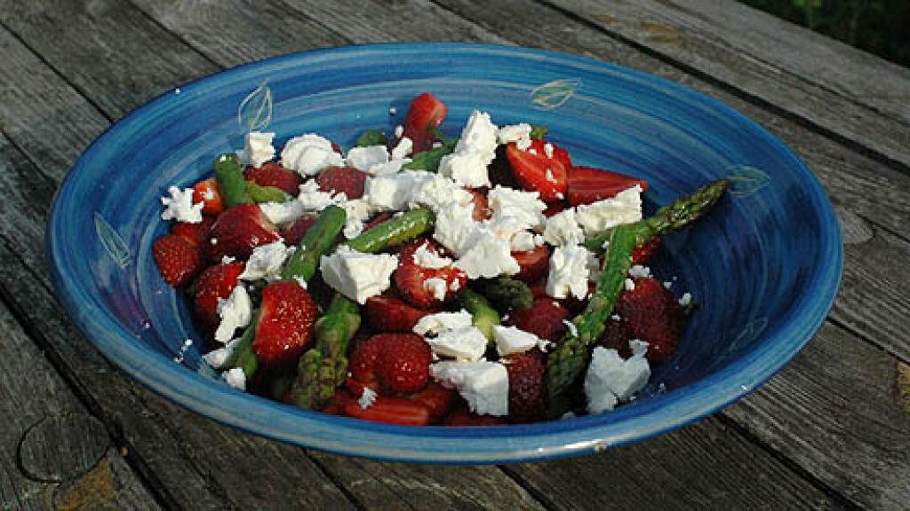 gr ner spargel erdbeer salat rezept essen trinken. Black Bedroom Furniture Sets. Home Design Ideas