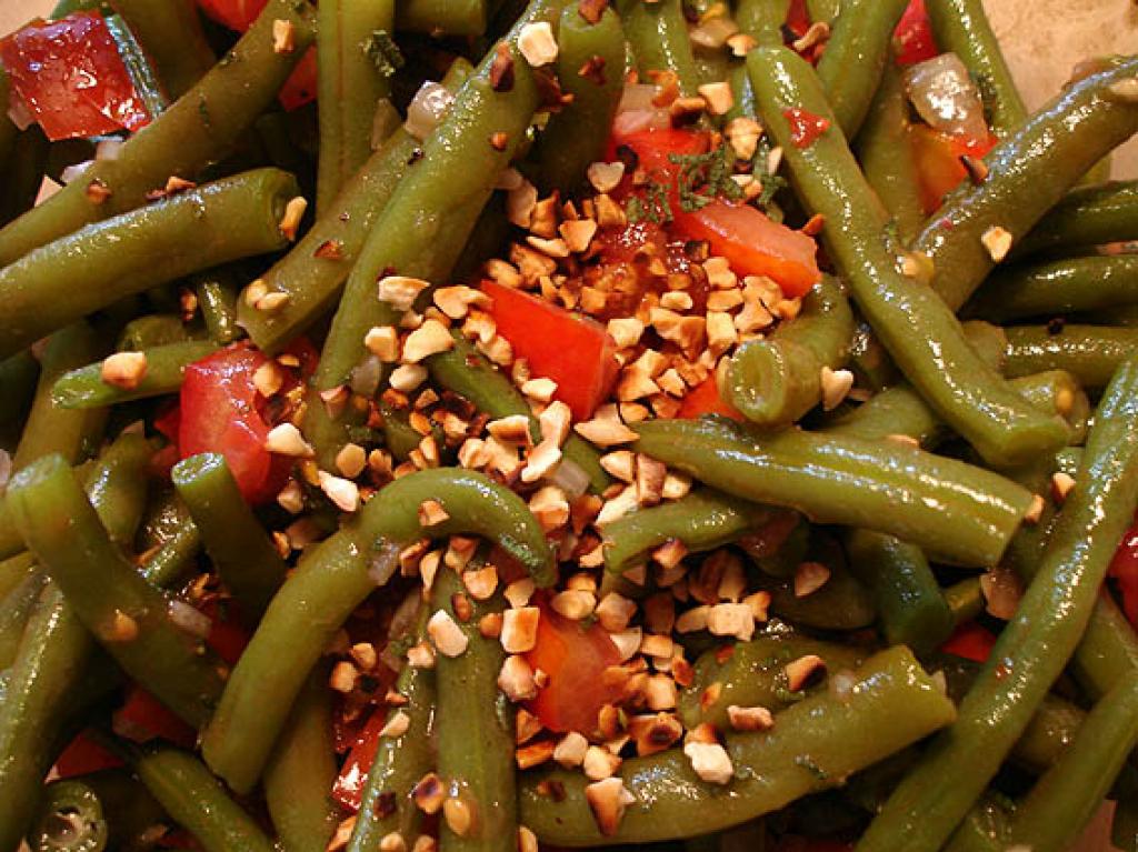 tomaten bohnen salat mit pinienkernen rezept essen und. Black Bedroom Furniture Sets. Home Design Ideas