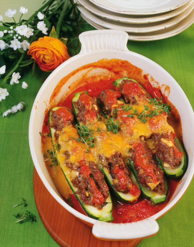 gef llte zucchini mit tomatensugo rezept essen und trinken. Black Bedroom Furniture Sets. Home Design Ideas