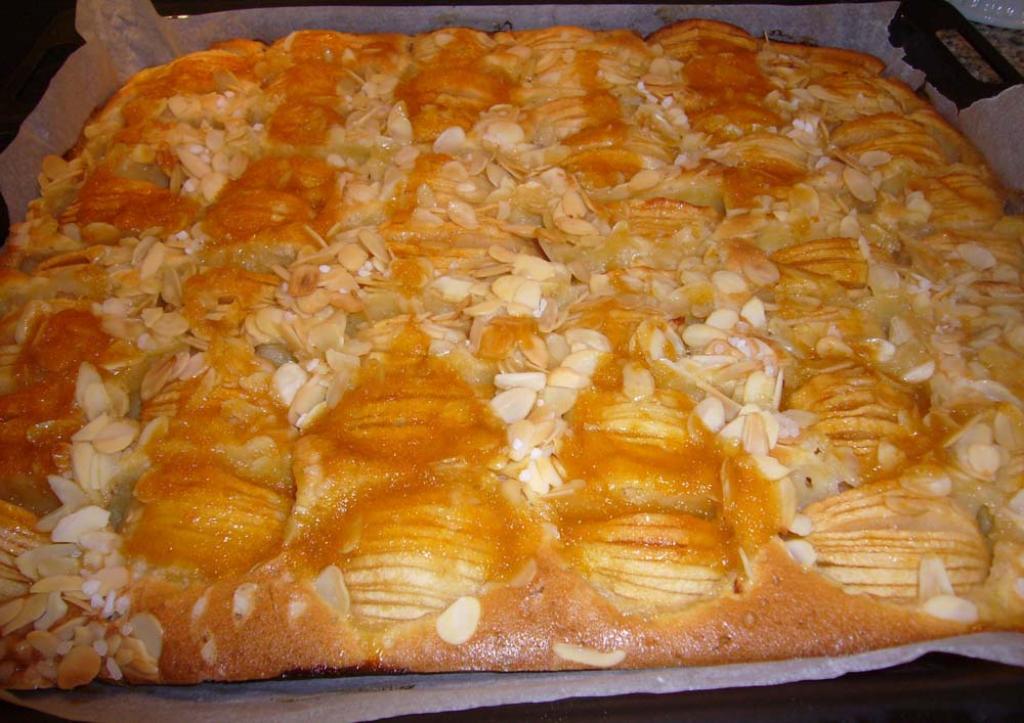apfelkuchen mit mandelbl ttchen blechkuchen rezept essen und trinken. Black Bedroom Furniture Sets. Home Design Ideas