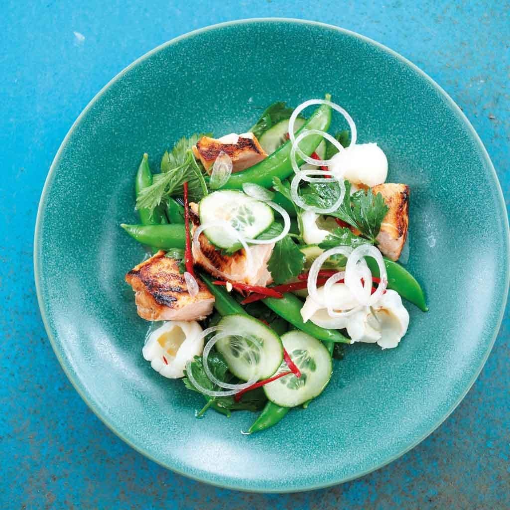 salat mit knusperlachs lychee koriander chili rezept essen trinken. Black Bedroom Furniture Sets. Home Design Ideas