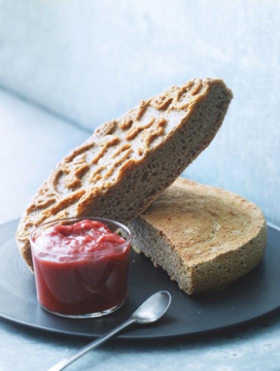 Dinkelbrot mit Rhabarber-Erdbeer-Marmelade