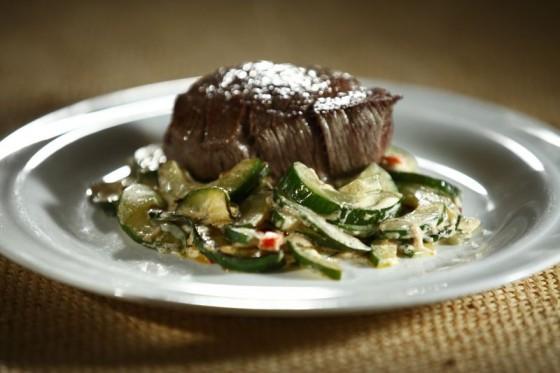 Geschmorte Salatgurken mit Rinderfilet