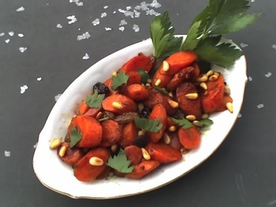 Karotten mit Pinienkernen und Rosinen