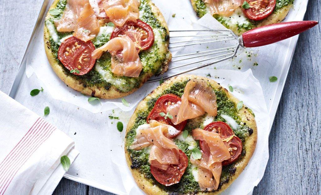 pizza mit pesto mozzarella und ger uchertem lachs rezept essen und trinken. Black Bedroom Furniture Sets. Home Design Ideas