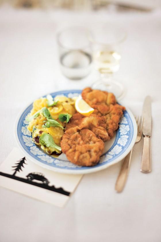Wiener Schnitzel mit Erdäpfel-Vogerl-Salat