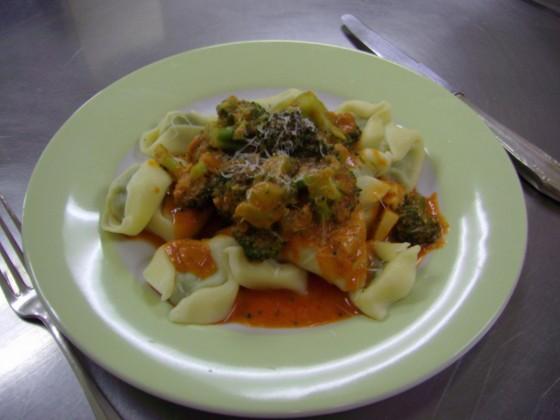 spinat ricotta tortellini mit paprika frischk sesauce und brokkoli rezept essen trinken. Black Bedroom Furniture Sets. Home Design Ideas