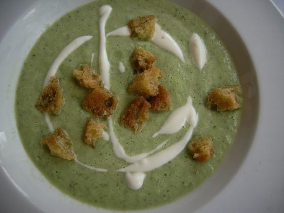 Kaltes Gurkensüppchen mit Anis-Croûtons und Limetten-Crème fraîche