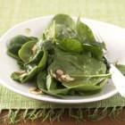 Spinatsalat mit Haselnusskernen
