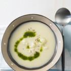 Cremige Suppe mit Kräuter-Rapsöl beträufelt