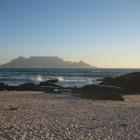 Ein unvergleichlicher Blick auf den Tafelberg hat man von dem einige Kilometer entfernten Strand