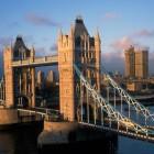 Die Towerbridge ist eines der bekanntesten Wahrzeichen von London. Versäumen Sie also nicht, die imposante Brücke zu überqueren. Der Ausblick davon ist wunderschön.