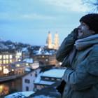 Im verschneiten Zürich freundet sich Daniel schnell mit seinen Arbeitskollegen Hanna und Hugo an.