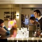 Nach ihrem ersten Arbeitstag gehen die drei noch in einer Bar etwas trinken.