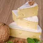 Camembert mit weißer Schimmelschicht.