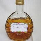 Selbstgemachter Likör in kleiner Flasche abgefüllt und mit Etikett versehen