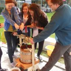 Slow Food 2011 Schüler pressen Äpfel