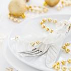 weißer Weihnachtisch mit Goldschmuck