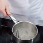Wasser mit Zucker zu Sirup einkochen