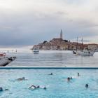 blick-auf-rovinj-adria-wasserballer-in-schwimmbecken-istrien