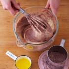 Mehlmischung-mit-Eimasse-vermengen-Schwarzwälder-Kirschtorte