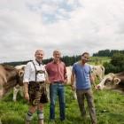 Küchenchef-Achim-Ellmer-mit-Herrn-Post-und-Peter-Sommer-auf-der-Alp-Allgäu