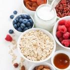 Ballaststoffe, Beeren, Nüsse, Honig, Haferflocken, Getreide, Frühstück, ballaststoffreich, Heidelbeeren, Himbeeren, Milch
