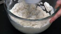 Mehl, Wasser, Salz, Zucker und Butter verkneten