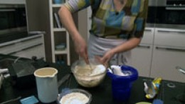 Mehl, Eiweiß und Sahne unterrühren