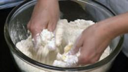 Butter mit den Händen zerreiben