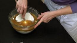 Honig-Butter-Masse mit Mehl vermengen