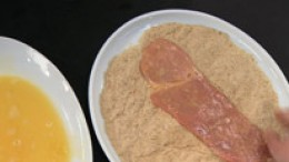 Schnitzel in Semmelbröseln wenden