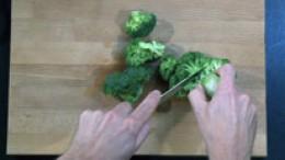 Broccoli in Röschen schneiden