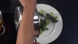 Broccoli von der Kochstelle nehmen
