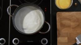 Wasser und Milch aufkochen