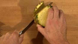Ananas schälen Schritt 2