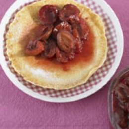 Dicker Pfannkuchen mit Zwetschgenkompott