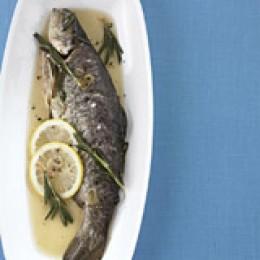 Ganzer Fisch: Forelle blau