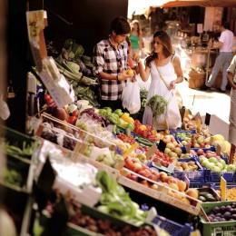 Frisches Obst und orientalische Spezialitäten gibt es auf dem Naschmarkt