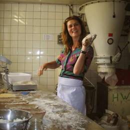 Sarah beim Brotbacken