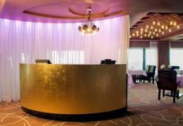 "Imposant: Der Eingangsbereich der 2-Sterne Restaurants ""Le Ciel Bleu""."