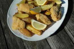 """Heiß und fettig: Die typischen """"Fish & Chips"""" sollten Sie trotzdem probieren."""