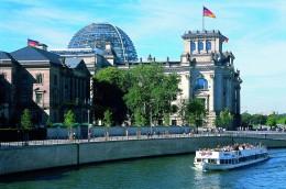 Bei Bootstouren hat man eine gute Sicht auf den Reichstag