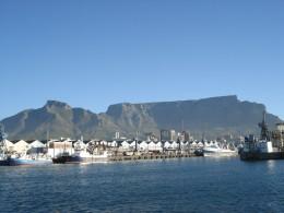 Kapstadts weltbekanntes Panorama: Der Hafen mit dem Tafelberg.