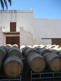 Die Weinfässer warten schon, zu den umliegenden Restaurants gebracht zu werden.