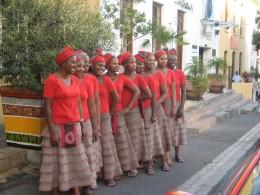 Die Damen des Africa Cafés warten schon auf die kommenden Gäste.